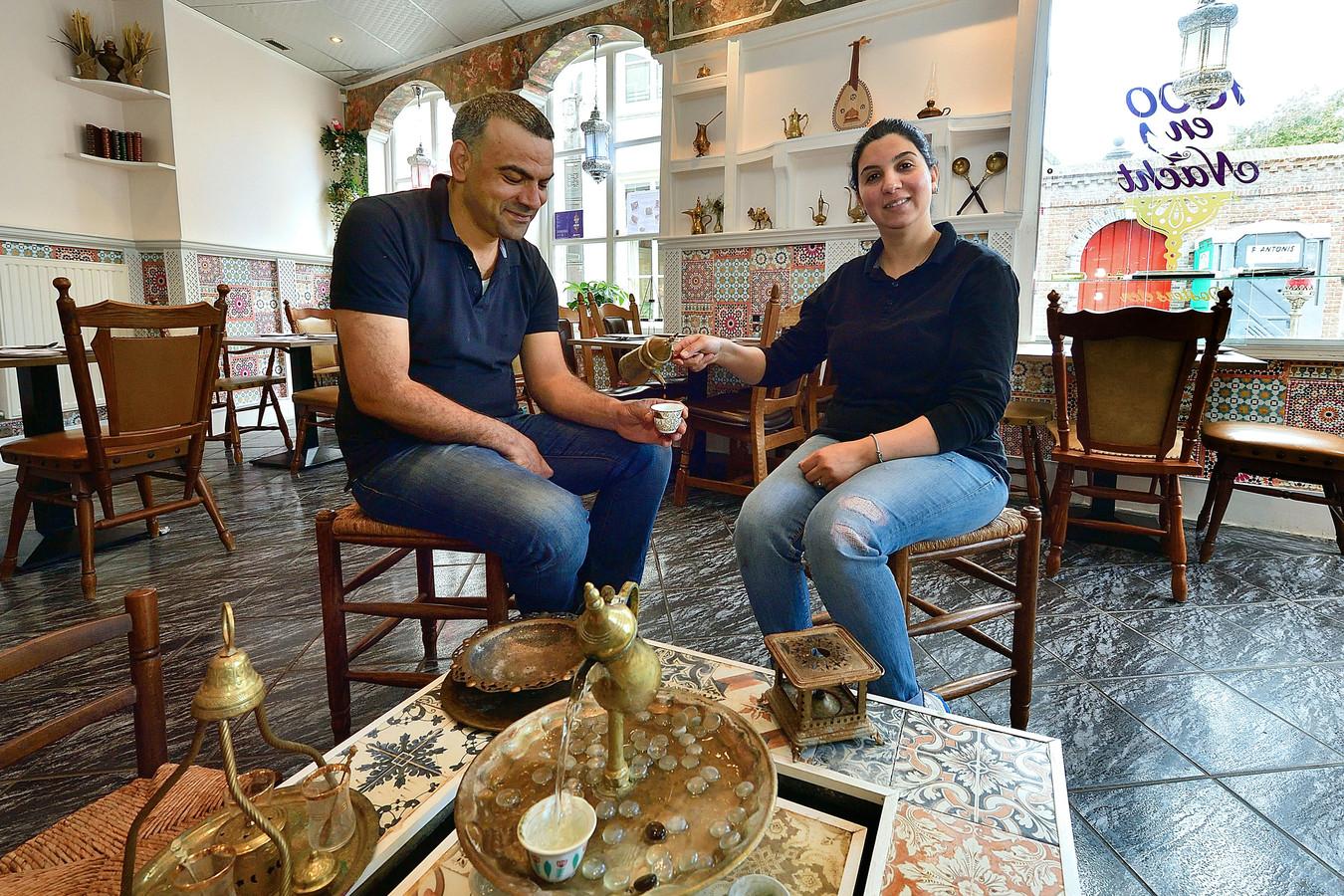 Rama Fakhouri(r) schenkt op Syrische wijze de koffie in bij Mounzer Zeidan(l).