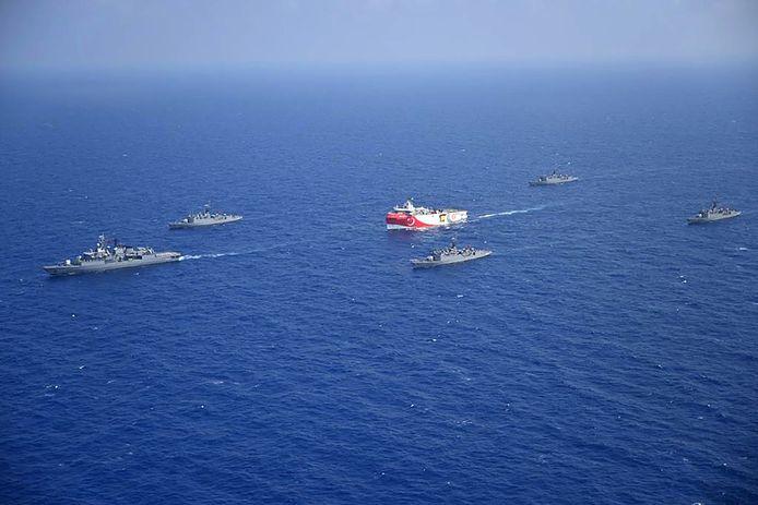 La situation tendue depuis des semaines entre Athènes et Ankara s'est détériorée lundi après le déploiement par Ankara d'un navire de recherche sismique, escorté par des bâtiments militaires, dans le sud-est de la mer Egée, une zone de la Méditerranée disputée et riche en gisements gaziers.