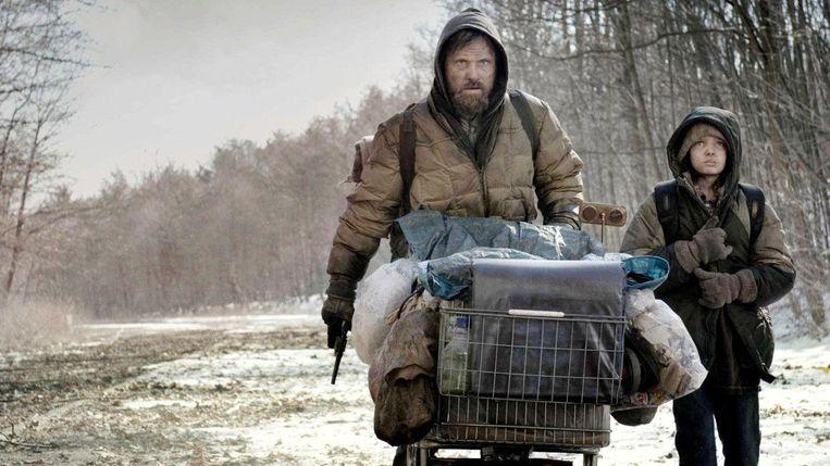 Viggo Mortensen en Kodi Smit-McPhee in The Road. Beeld null