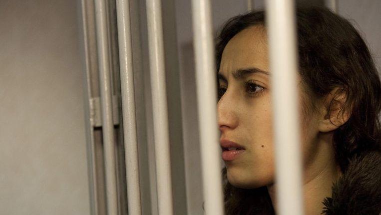 Oulahsen in haar cel. De twee Nederlandse opvarenden van het Greenpeaceschip Arctic Sunrise, campagneleidster Faiza Oulahsen en chef machinekamer Mannes Ubels, blijven nog zeker 2 maanden in de Russische cel. Beeld epa