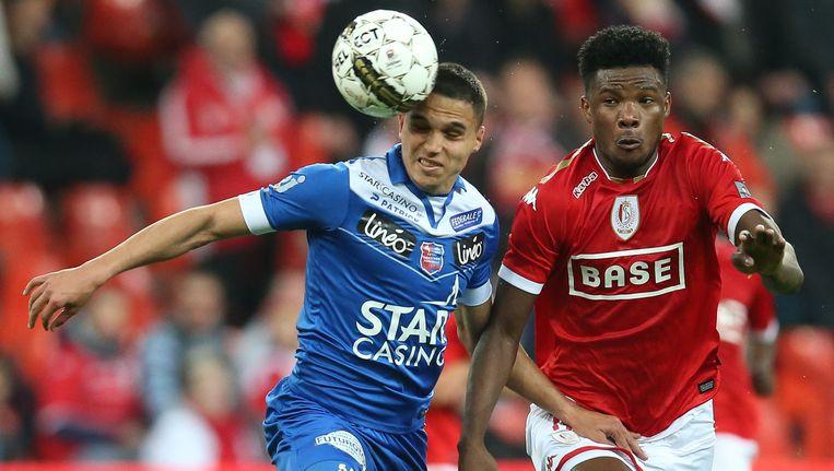 Manea (links) kopt de bal weg voor Standard-aanvaller Tetteh.