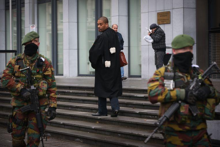 Militairen aan het Brusselse justitiepaleis. Beeld belga