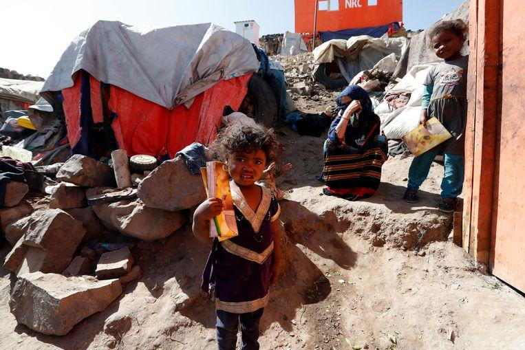 Ontheemde Jemenitische kinderen en een vrouw in een kamp aan de rand van Sana'a, Jemen. Beeld  EPA/YAHYA ARHAB