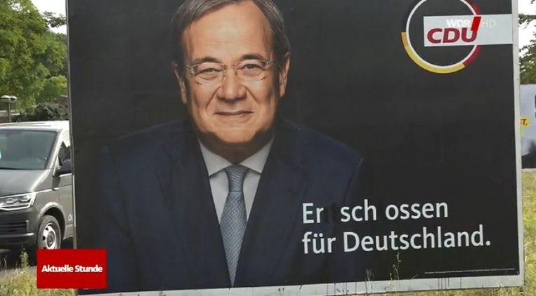 Op deze affiche van kanselierskandidaat Armin Laschet (CDU) in Keulen veranderden onbekenden 'vastbesloten voor Duitsland' in 'doodgeschoten voor Duitsland'. Beeld Videostill WDR