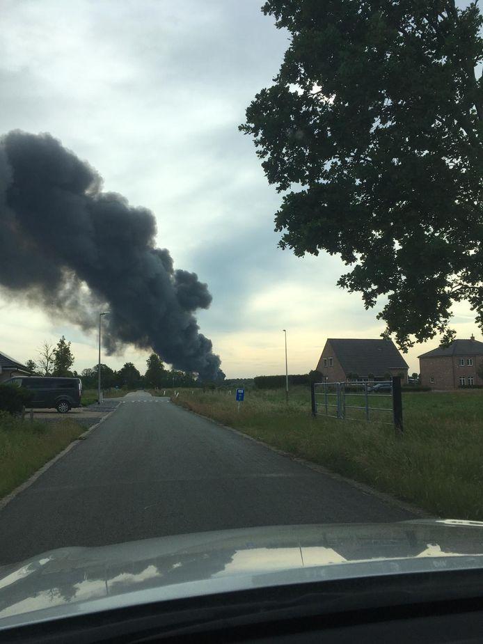 De brand was van ver te zien. Onder meer in Lommel kon je niet naast de rookpluim kijken.