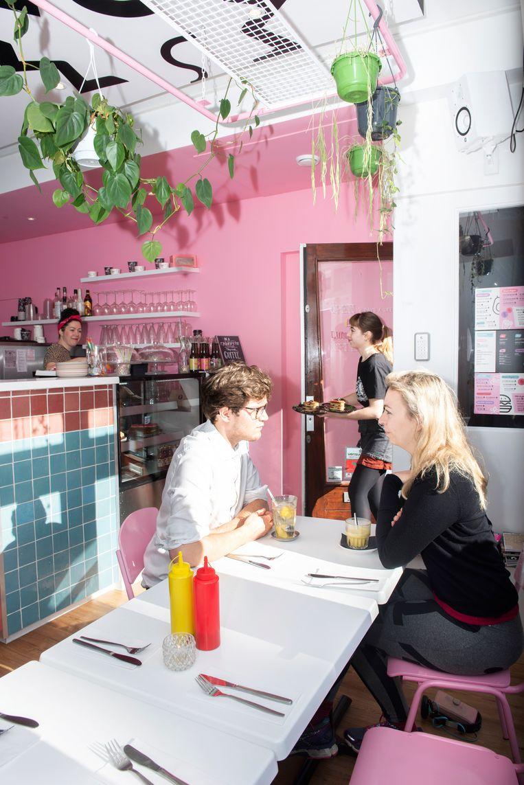 Binnen bij restaurant Deer Mama in Amsterdam. Beeld Els Zweerink