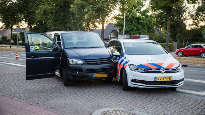Agenten rijden busje klem in Balkbrug