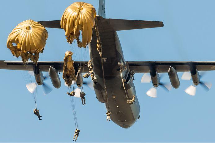 Parachutisten springen uit een Hercules C130 tijdens de oefening Falcon Leap in 2019.