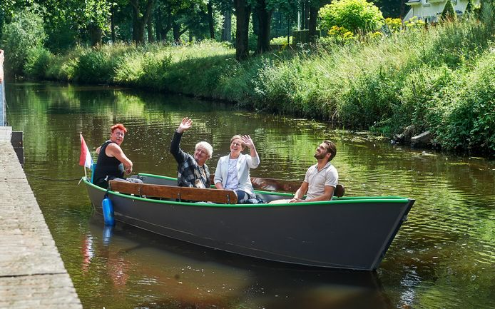 Lancering fluisterboot Veghel bij de afvaartplaats aan de Aa bij de Markt te Veghel. Op boot Rene Hildesheim, Peter van Dijk (Waterschap), wethouder Coby van de Pas en Rick de Windt.