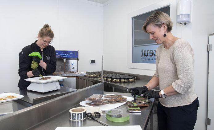 Linda Baas (zwart jasje) en Evelien Lansink (grijze trui) aan het werk in chocoladeatelier Zeut. Linda maakt nu chocola in opdracht van bedrijven om personeel in coronatijden te steunen. H