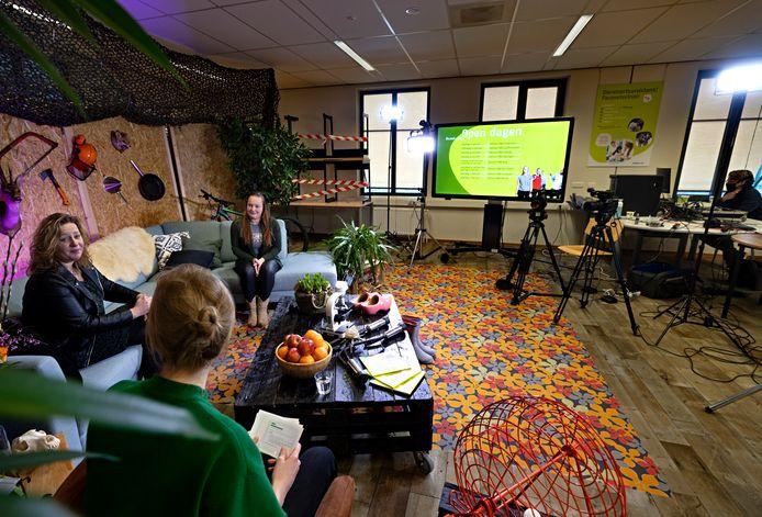 Docente Ingrid (links) en studente Mariska (rechts, beiden van Helicon MBO Boxtel) op de bank in een soort van huiskamer werken mee aan de speciale online open dag van Helicon MBO vanuit Helmond.
