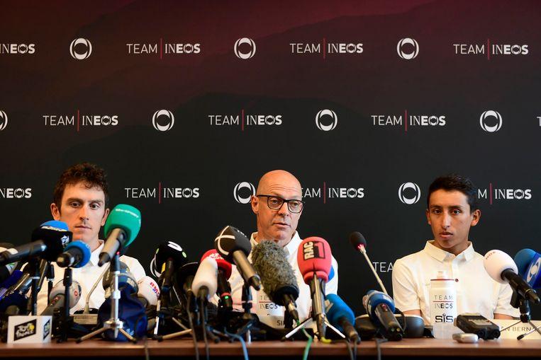 Geraint Thomas, teammanager Dave Brailsford en Egan Bernal staan de pers te woord aan de vooravond van de Tour. Beeld Photo News