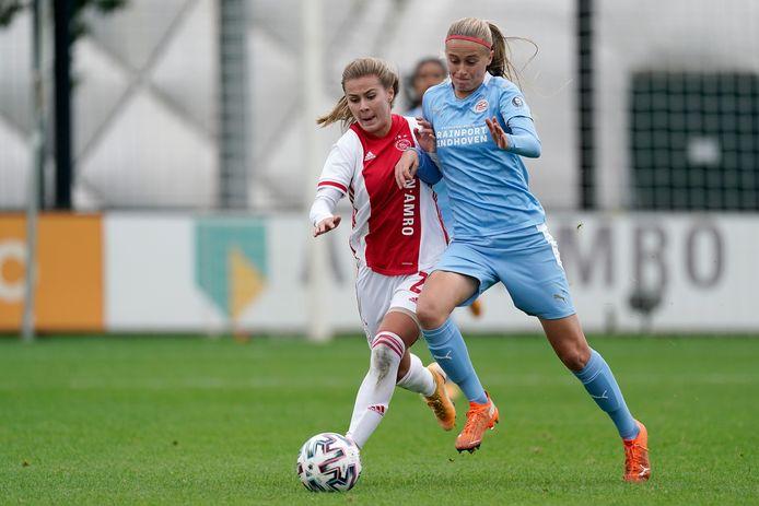 Victoria Pelova (Ajax) en Julie Biesmans (PSV) duelleren in de vrouwen eredivisie.