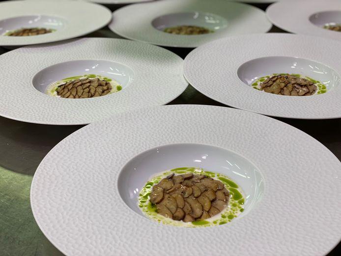 Open ravioli van kastanjechampignon, pate van chilipeper, saus van amandel en look.