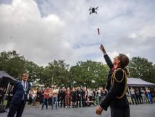 Drone levert sleutel nieuwe brandweerkazerne Uden af