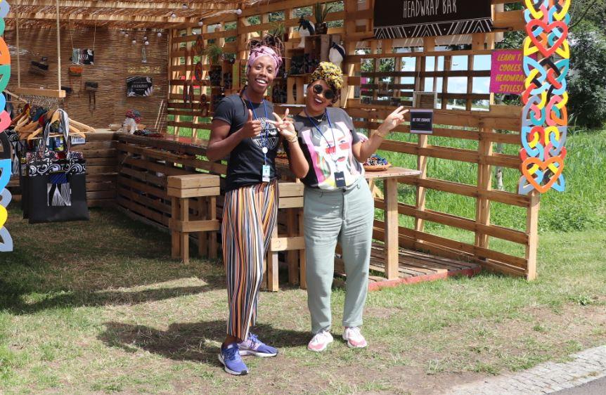 Pékula Starke (links) en Zoë Mezas (rechts) bij verkoopkraam van Talking Prints
