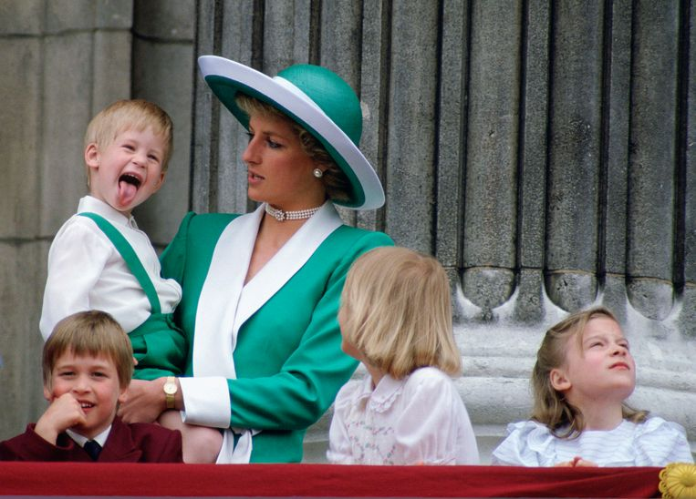 Jong geleerd, oud gedaan. Kleine Harry steekt zijn tong uit op het balkon van Buckingham Palace, moeder Diana denkt er het hare over. Beeld Tim Graham Photo Library via Get