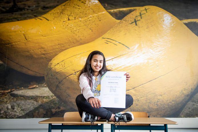 De 14-jarige leerlinge Snit Kbrom Tekle uit Eritrea is nog maar 3 jaar in Nederland en heeft op het Noordik in Vroomshoop het NT2 certificaat behaald.