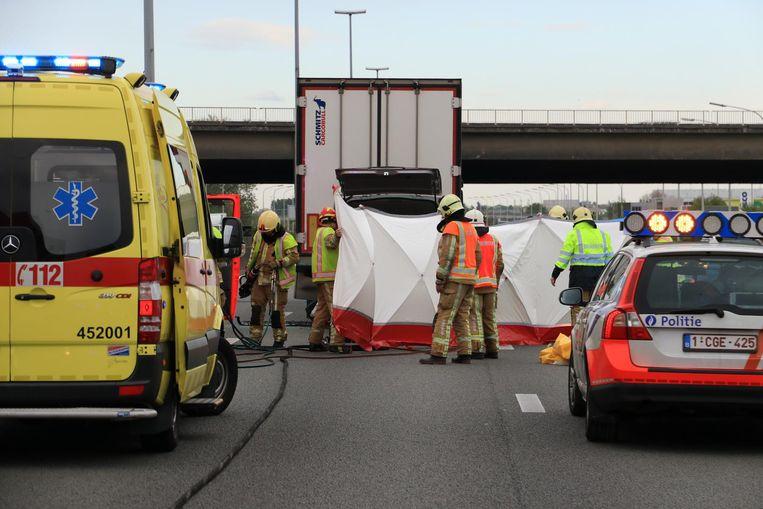 Hulpdiensten komen ter plaatse, maar er kan geen hulp meer baten voor de chauffeur