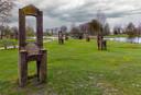 De bakstenen stoelen, Kunstwerk in het wandelpark Gemert van de Bredase kunstenaar Dick Fluitsma