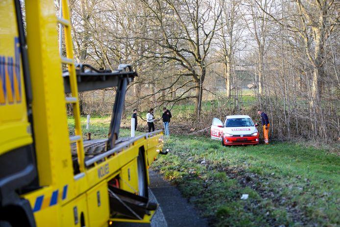 Auto vliegt uit de bocht bij afrit A50 Apeldoorn.