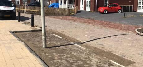 Lantaarnpaal midden op parkeerplaats: Alleen zeer kundige bestuurders krijgen hun auto hier deukloos in