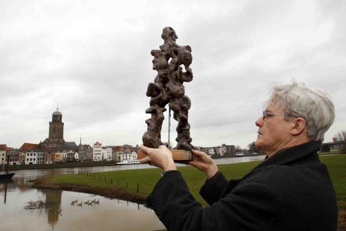 Beeldhouwer Theo Schreurs laat het model van zijn Lebuïnusbeeld zien op de plaats waar het monument uiteindelijk zou moeten komen. foto Ab Hakeboom
