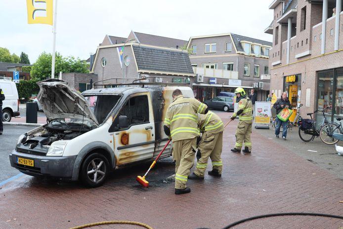 Op de parkeerplaats van de Jumbo brandde de bestelbus uit