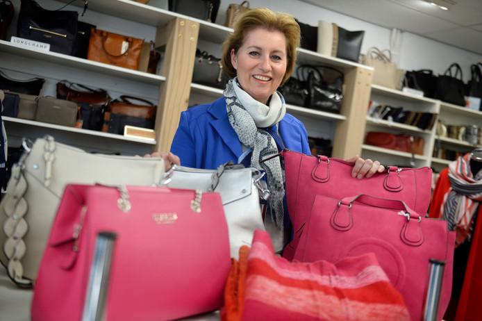 Maret Holtkamp tussen de tassen in haar winkel aan de Wemenstraat.