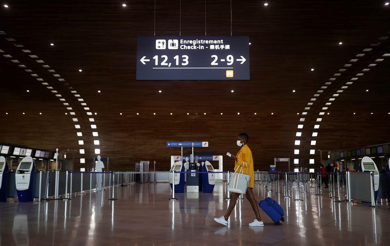 Een passagier op vliegveld Charles-de-Gaulle bij Parijs. Beeld REUTERS