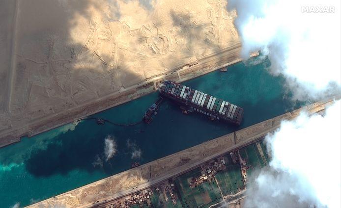 Le porte-conteneurs géant MV Ever Given bloque littéralement le canal de Suez depuis trois jours, créant des embouteillages monstres.