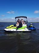 Johan van den Akker controleert een motorboot.