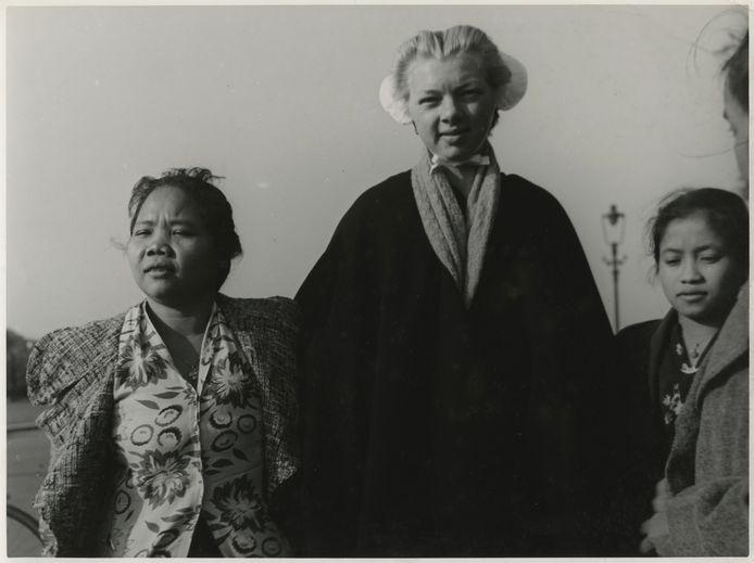 Baboes met Scheveningse vrouw voor pension Persinggaham aan Van Boetzelaarlaan in 1940.