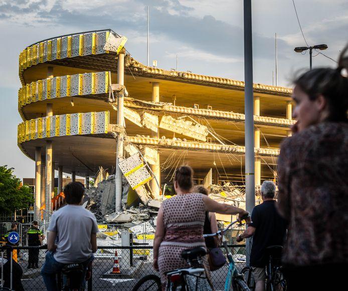 Ravage bij de nieuwe parkeergarage bij Eindhoven Airport. Een deel van de parkeergarage in aanbouw is ingestort.