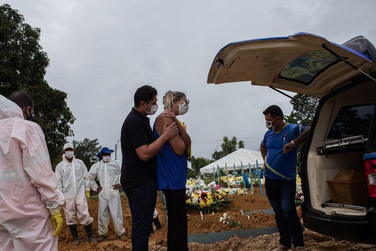 Nabestaanden nemen afscheid van een geliefde bij een begraafplaats in Manaus. Afgelopen week overleden in het hele land meer dan 10.000 mensen aan de gevolgen van Covid-19. Dagelijks zijn er 65.000 nieuwe besmettingen. Beeld EPA