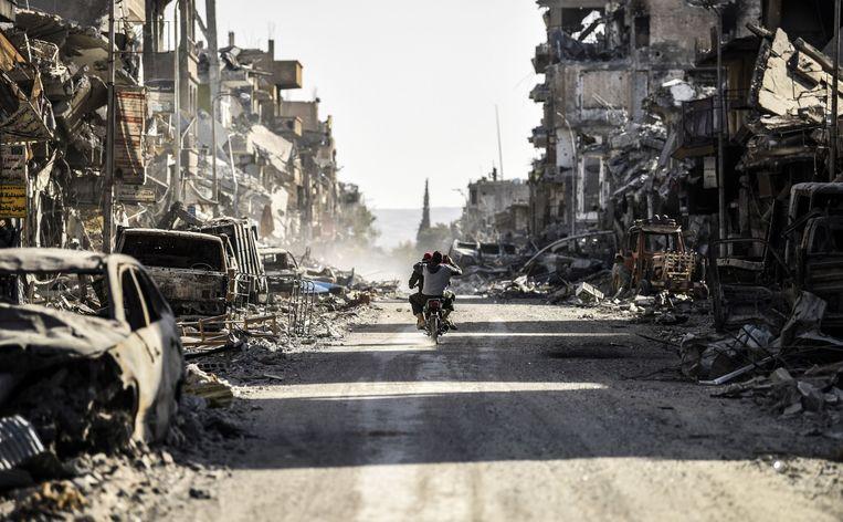Een in puin geschoten straat in Raqqa. Beeld AFP