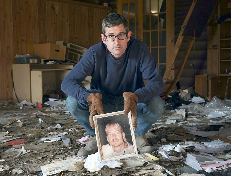 Louis Theroux met een foto van een jonge Joe Exotic in wat overschiet van diens huis in Oklahoma Beeld BBC / Jack Rampling / Mindhouse