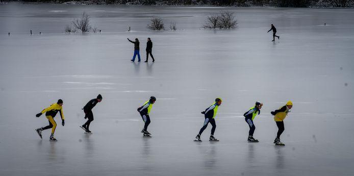 Waaghalzen van de Angerse Schaatsvereniging de IJsvolgende draaien hun eerste rondjes op de bevroren ondergelopen uiterwaarden.