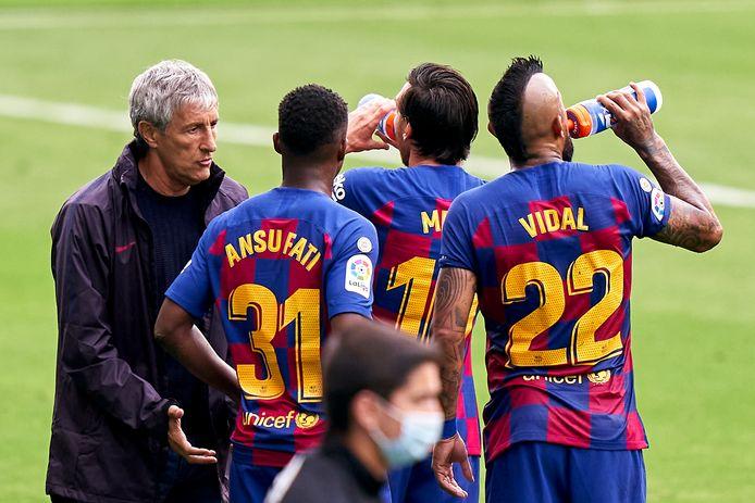 Quique Setién in overleg met zijn aanvoerder Lionel Messi zaterdag in de uitwedstrijd bij Celta de Vigo, waar Barcelona opnieuw punten liet liggen.