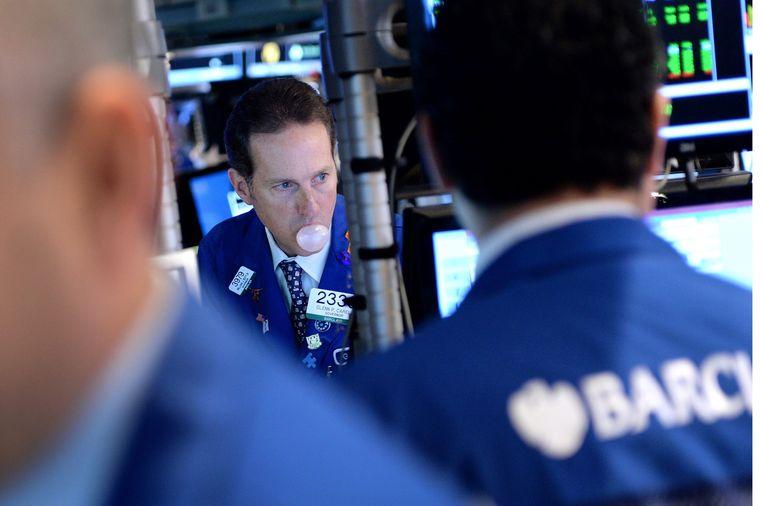 Kauwgombellenblazende beurshandelaren op Wall Street. Beeld Hollandse Hoogte / EPA