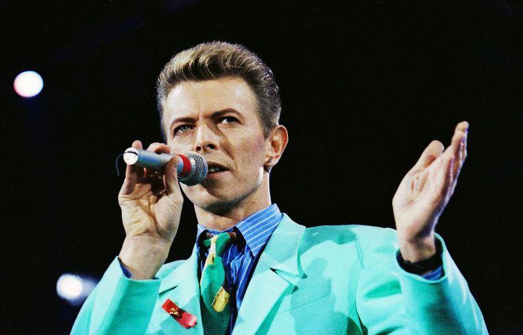 David Bowie tijdens een optreden in het Wembley Stadium in Londen. Beeld REUTERS