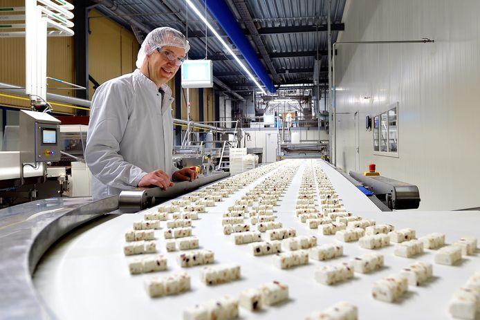 Rámon Remesal van Merode bij de Lonka-nougatlijn, waar noten en honing worden toegevoegd.