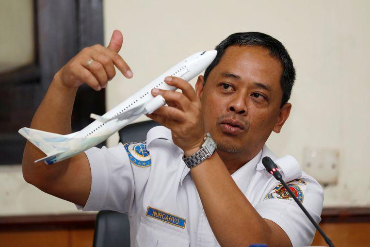 Hoofd van de onderzoekscommissie Nurcahyo Utomo met een model van de Boeing 737 tijdens een persconferentie in Jakarta.  Beeld Reuters