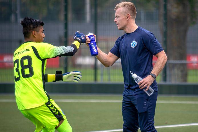 Voetballer Lion Kaak speelt al jaren bij Top Oss, maar is ook jeugdtrainer bij De Graafschap.
