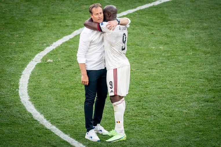 Romelu Lukaku omhelst de Deense bondscoach Kasper Hjulmand na de match. Beeld EPA