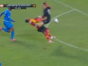 Les crampons dans le visage: la sortie complètement dingue d'un gardien en Ligue des Champions africaine