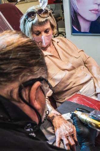 """Georgette (82) laat 'Joie de Vivre' op haar arm tatoeëren: """"Blijvende herinnering aan herwonnen geluk na jaar in mijn kot"""""""