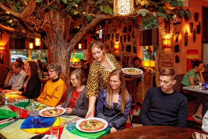 Alphen, 6 oktober 2019Over de Tong bij Restaurant AAP. Het voorgerecht carpaccio wordt onder de boom geserveerd.
