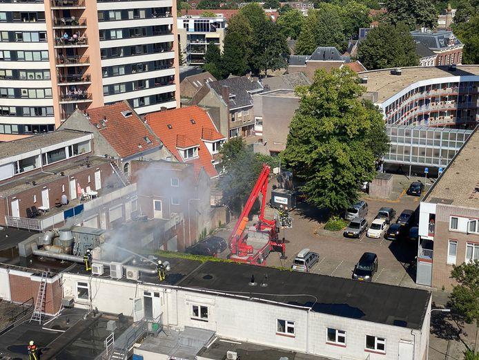Brandweer bij de brand op de Korte Heuvel in Tilburg.