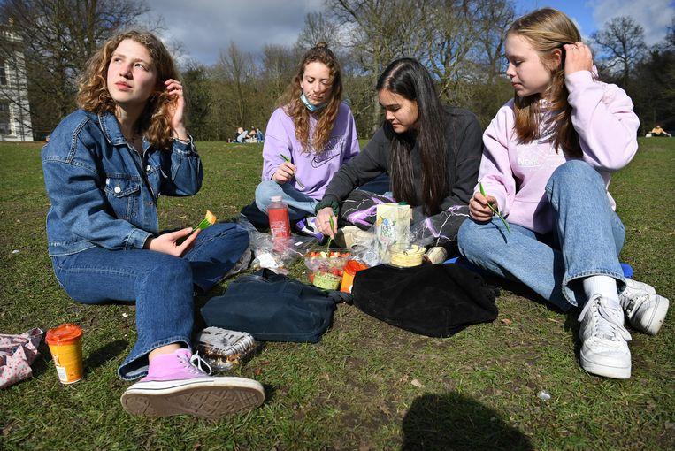 Jongeren zoeken elkaar op in Park Sonsbeek, vorige maand. Ze missen de sociale contacten als gevolg van de strenge coronamaatregelen. Beeld Marcel van den Bergh / de Volkskrant